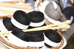 Pelotes d'alpaga. Couleurs disponibles noir. 50g, 167m, aiguilles 3/5 Prix 8€